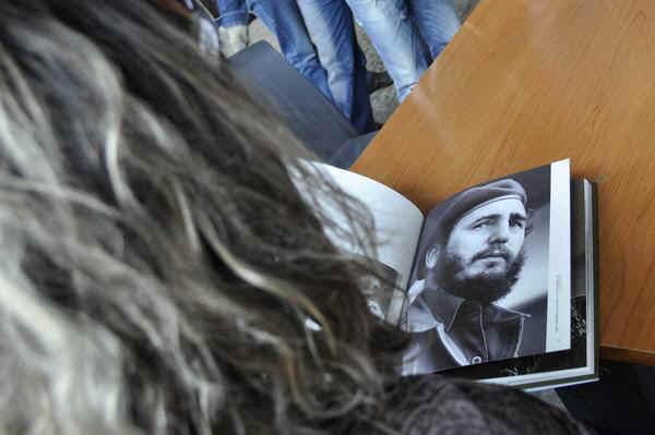 Presentan antología fotográfica de Fidel en Feria del Libro 27525-10