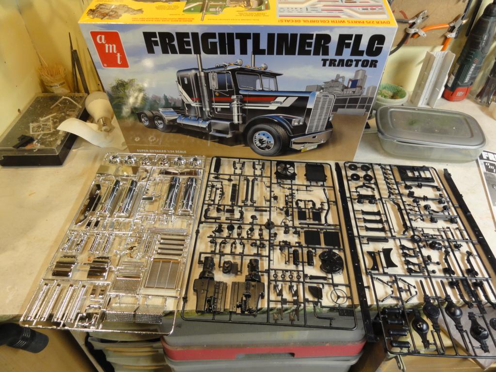 From the box - FREIGHTLINER FLC de AMT au 1/24 Dsc00882