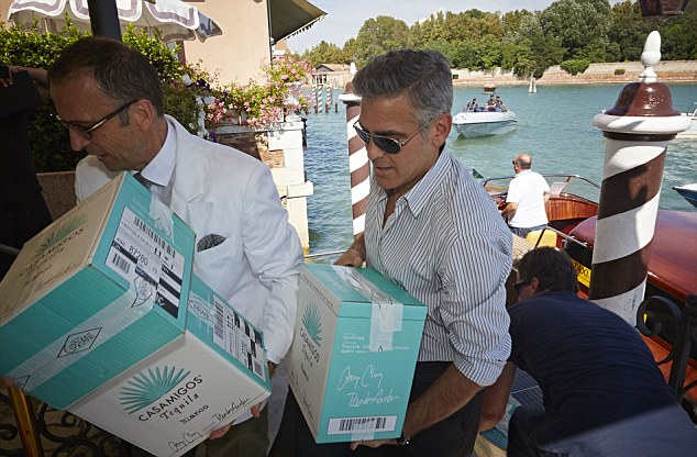 George Clooney and Rande Gerber deliver Casamigos tequila to Venice - Page 2 Gg311