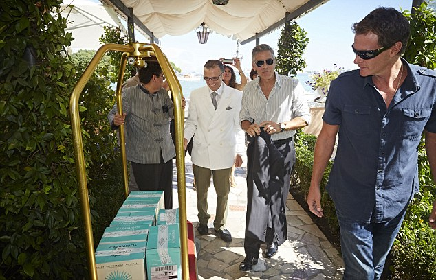 George Clooney and Rande Gerber deliver Casamigos tequila to Venice - Page 2 Gg410