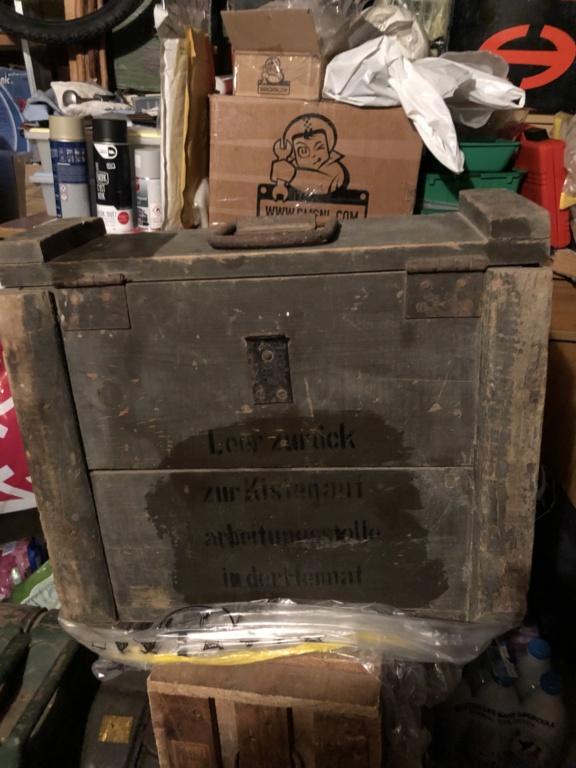 Caisse allemande, casque GN et morceau bombe 03798210