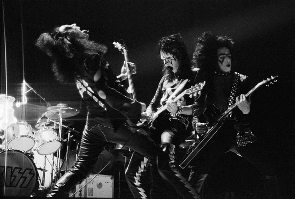 1973.. Kiss_n11