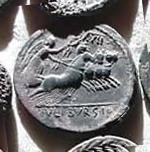 Denario de la gens Julia. L. IVLI. BVRSIO. Victoria guiando cuádriga a galope a dcha. Roma. 10b10