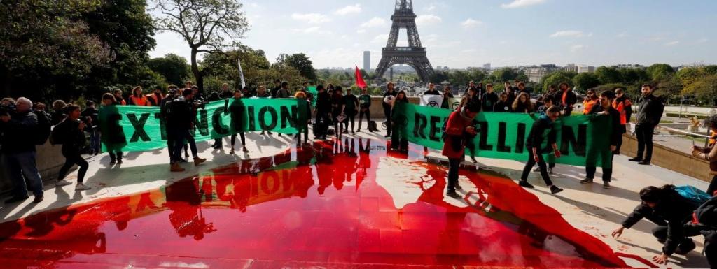 Paris : du faux sang déversé au Trocadéro pour dénoncer le déclin de la biodiversité 19274810