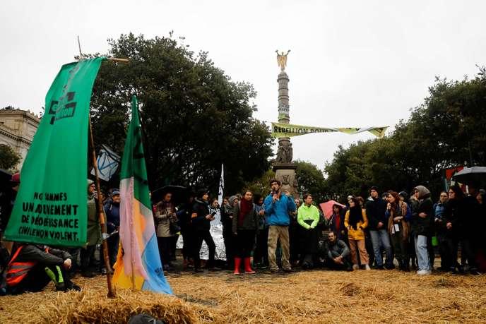 Deuxième jour de blocage par Extinction Rebellion au centre de Paris A1535d10