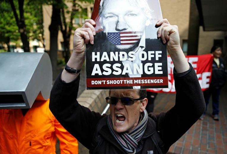 Londres, Julian Assange condamné à 50 semaines de prison Assang10