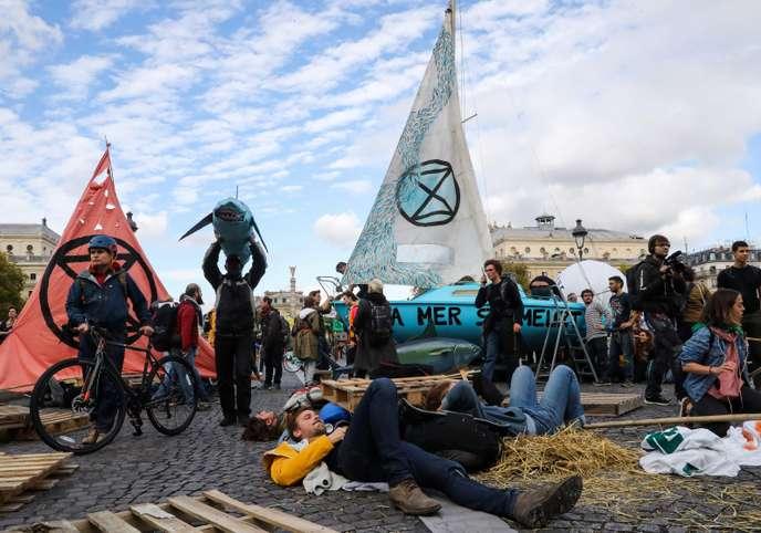 Des militants d'Extinction Rebellion bloquent la place du Châtelet, à Paris Ed746810