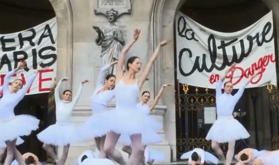Le ballet des grévistes de l'Opéra national de Paris sur les marches de Garnier  Opc3a910