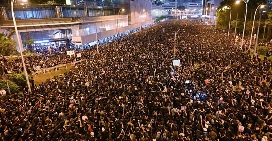 Hong Kong : face à une marée humaine de 2 millions de manifestants, le pouvoir s'excuse Safe_i27