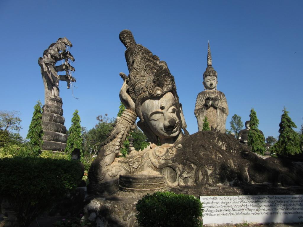 Sala Keoku , mélanges de statues hindoues et bouddhistes . Red_0215
