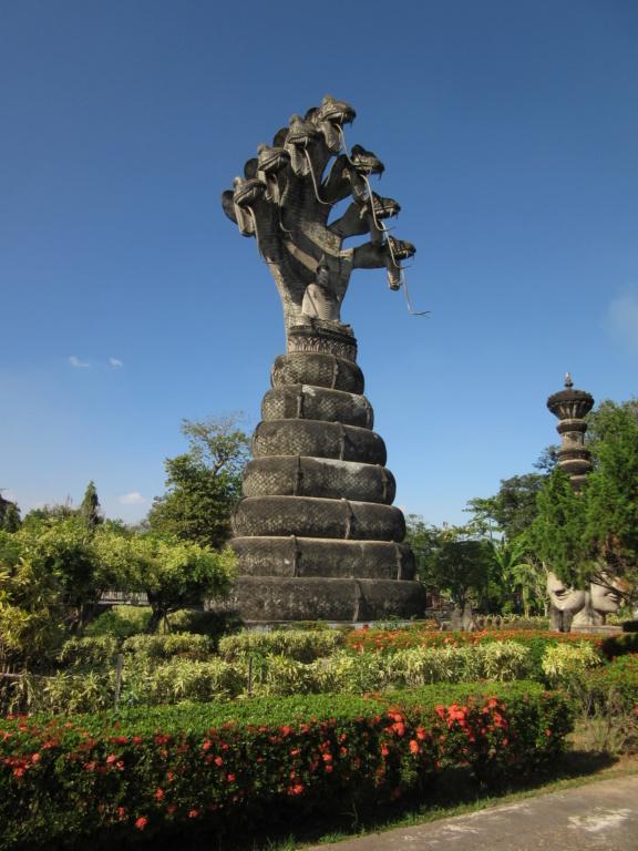 Sala Keoku , mélanges de statues hindoues et bouddhistes . Red_0325