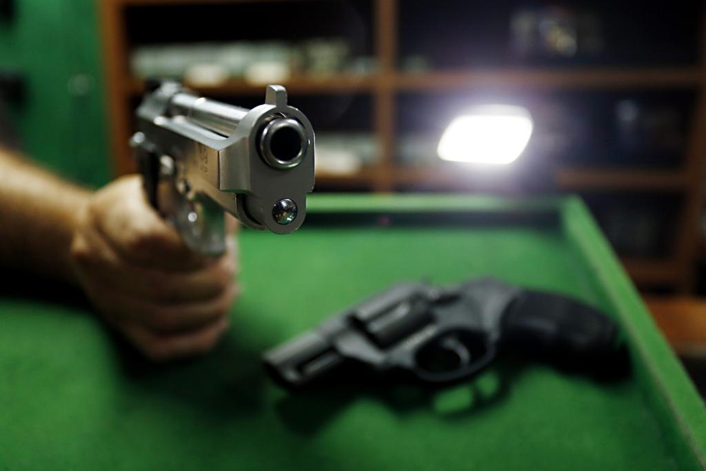 Bolsonaro cogita redução da idade mínima para uso de armas Arma_r10