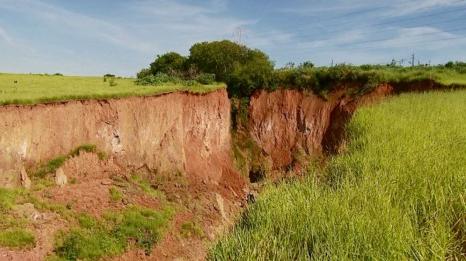 Moradores temem que cratera de 150 m de extensão aumente com chuvas Sem_tz11