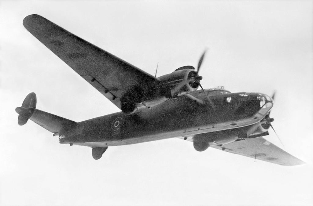 Armstrong Whitworth AW 41 ALBEMARLE 1/48 scratch en bois massif (Projet AA) : photos du modèle fini et historique de sa dernière mission. Emballage pour Expo des 4 & 5 septembre - Page 2 4520