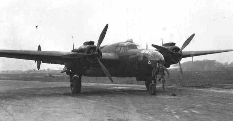 Armstrong Whitworth AW 41 ALBEMARLE 1/48 scratch en bois massif (Projet AA) : photos du modèle fini et historique de sa dernière mission. Emballage pour Expo des 4 & 5 septembre - Page 2 Albema15