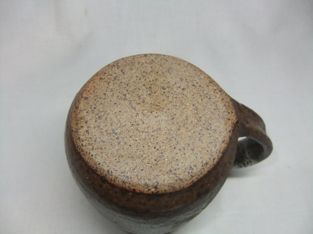 Pottery Mug With Mark Which looks Like Isle Of Man Flag? Maker? Dscf6611