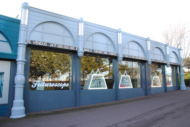 Boutiques de l'entrée principale : Comptoir de la Vienne, Spatium Bazaar, H2O, Boutique Futuroscope Dsc_0614
