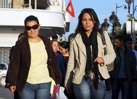 Des tunisiennes marchent dans la rue principale de Tunis, le 30 octobre 2010 lors de la clôture de la troisième édition de la conférence de l'Organisation des femmes arabes. 131