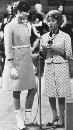 Les tenues étonnantes de Françoise Hardy - Page 2 Mireil10