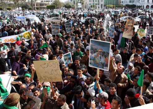 Libye a déjà fait des dizaines de morts. Deux policiers ont été pendus par les manifestants. Libye_10