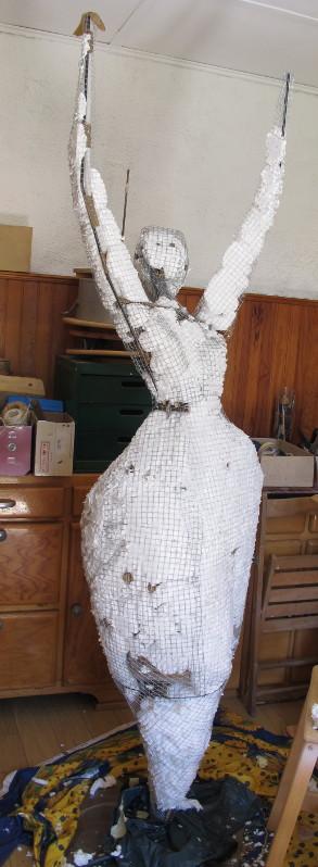 remplissage d'une sculpture grillage avec 1 mousse en bombe Porteu10