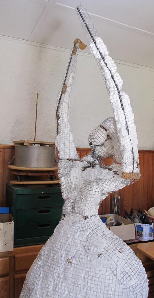 remplissage d'une sculpture grillage avec 1 mousse en bombe Porteu11