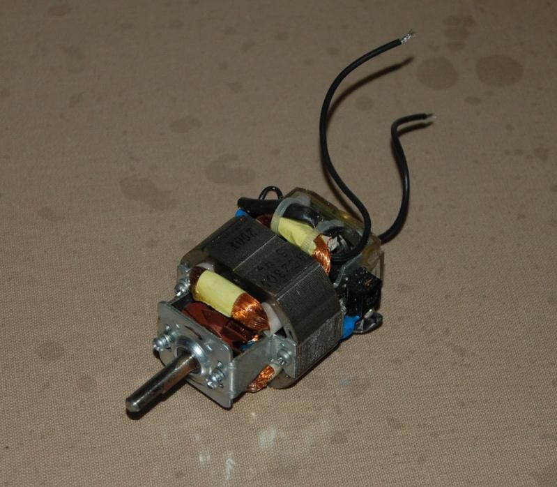Une petite scie sous table Motor10