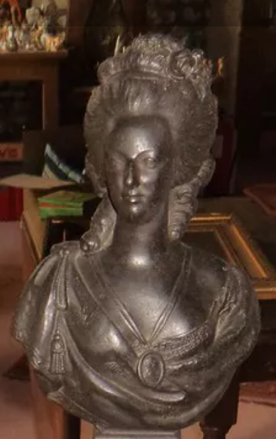A vendre: bustes Marie Antoinette - Page 8 Tzolzo17