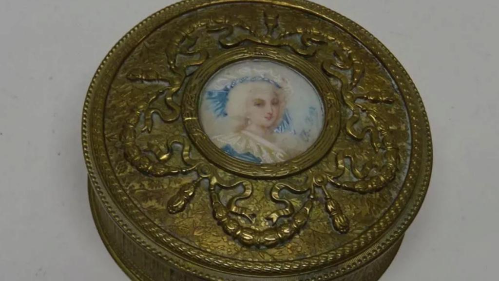 A vendre: miniatures de Marie Antoinette et de ses proches - Page 15 Zlougr26