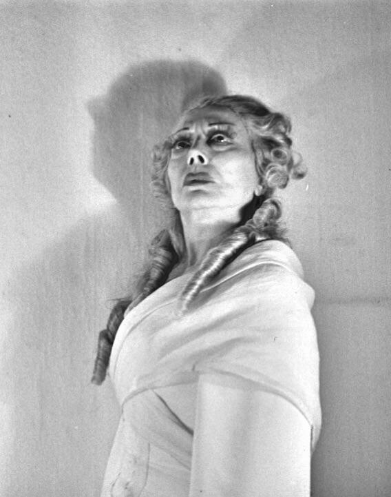 Madame Capet ou Cécile Sorel dans le métro en 1944 3af36310
