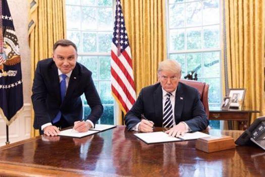 Унизительную позу главы Польши на фотографии с Трампом сочли оскорблением нации 42108710