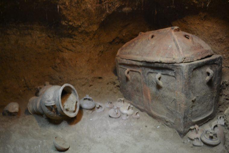 Греческий фермер случайно обнаружил древнюю гробницу Image313