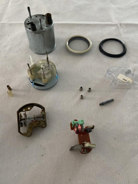 Réparation d'une montre électromécanique (motometer 77) de R100S dont l'aiguille des secondes se bloque.  8d06bf10