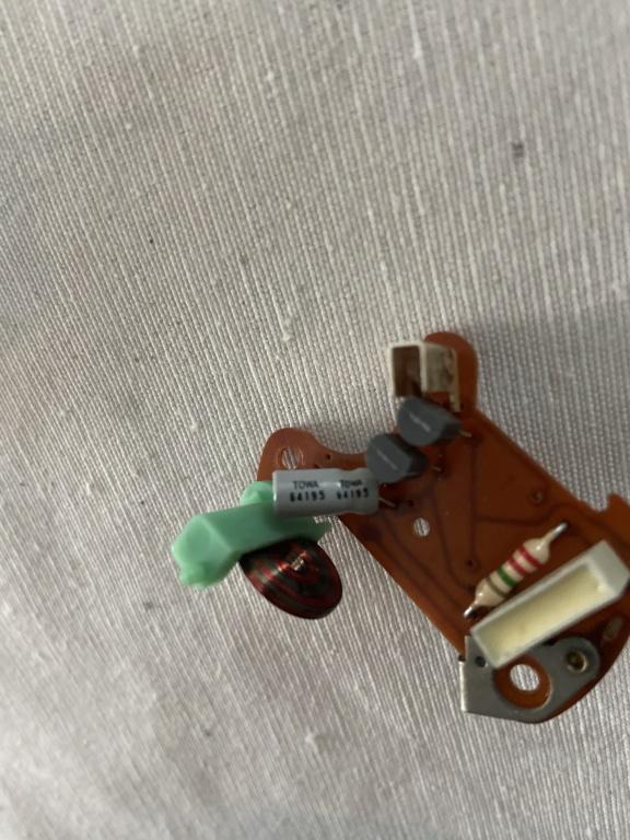 Réparation d'une montre électromécanique (motometer 77) de R100S dont l'aiguille des secondes se bloque.  8e854e10