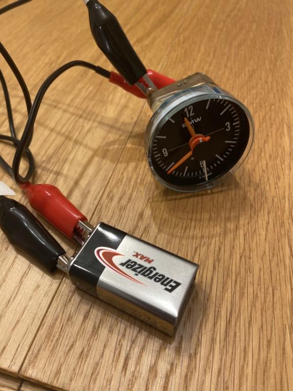 Réparation d'une montre électromécanique (motometer 77) de R100S dont l'aiguille des secondes se bloque.  A4175510