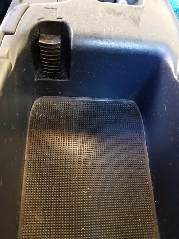 Remplacement la charnière de la boite à gants centrale 20190417