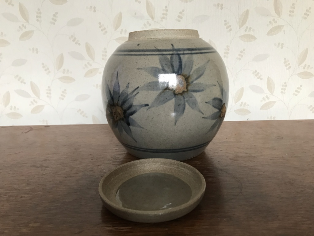 Hi - please help us try and identify our mothers pottery. Thank you. 3/3 69a9e610