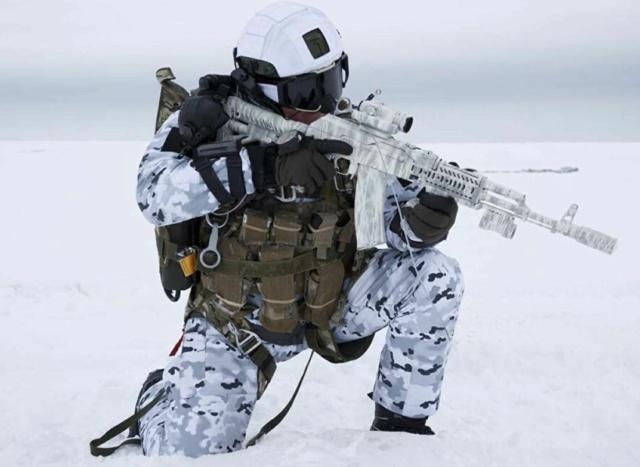 Saut d'un commando russe au-dessus de l'Arctique. Et_voi10