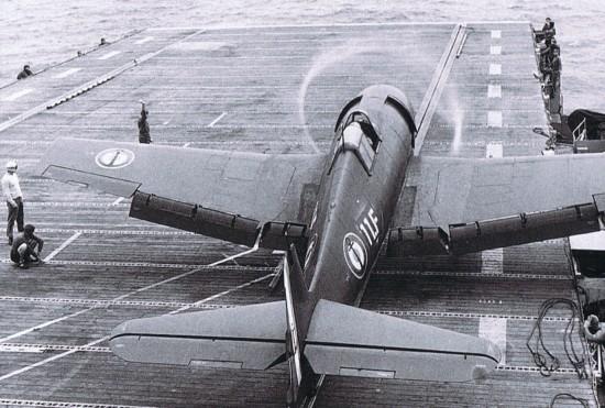 Un aviateur saute sur Dien Bien Phu ! Hellca10