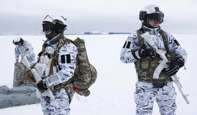 Saut d'un commando russe au-dessus de l'Arctique. Russes11
