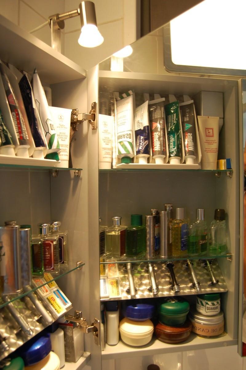Photos de votre armoire spéciale rasage (ou de la partie réservée au rasage) - Page 3 Dsc_0215