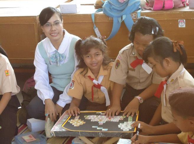 Kindergruppen in Indonesien die auch Briefmarken sammeln  Indo10