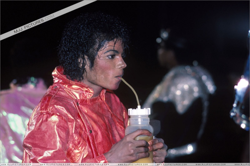 Immagini Michael Jackson che mangia e beve. - Pagina 2 01911
