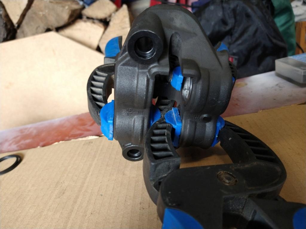 Remplacement des joints d'étriers de frein avant Img_2056