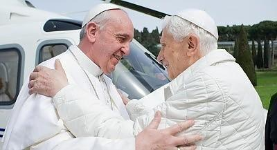 L'oeuvre de désacralisation de la fonction pontificale par Bergoglio Sans-t11