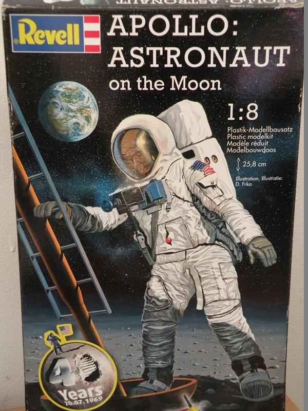 """astronaute APOLLO (revell 1:8)......modifié un petit peu....en version """"space marines"""" ! Dscn9810"""
