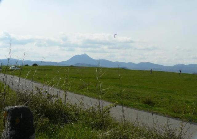 Veillant sur la Limagne et sur la chaîne des Puys, le plateau de Gergovie. Gergo_10