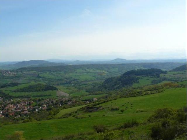 Veillant sur la Limagne et sur la chaîne des Puys, le plateau de Gergovie. Gergo_11