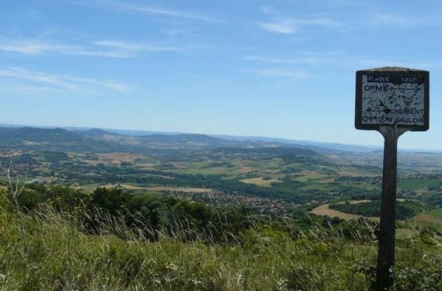 Veillant sur la Limagne et sur la chaîne des Puys, le plateau de Gergovie. Gergo_12