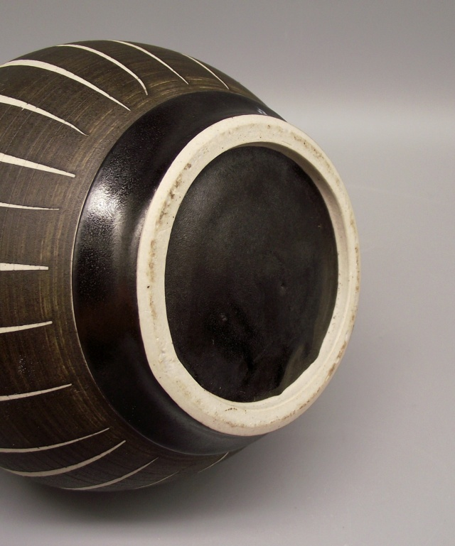 Lidded Jar with Geometric Striped Design No Marks Dscf9920